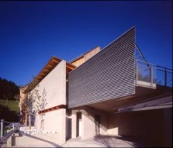 Architekturprojekt mit Schüttbetonmauer